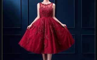 Красное платье с белым кружевом