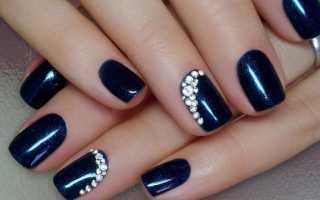 Дизайн ногтей синего цвета со стразами