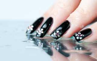 Дизайн на короткие ногти со стразами