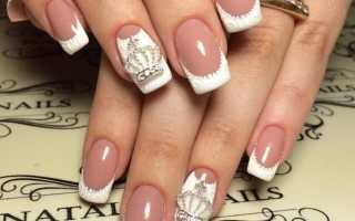 Дизайн ногтей с белым френчем и рисунком