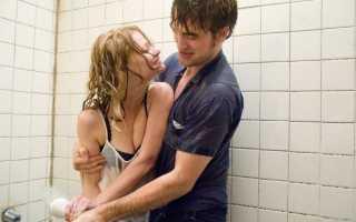 Жена принимает душ